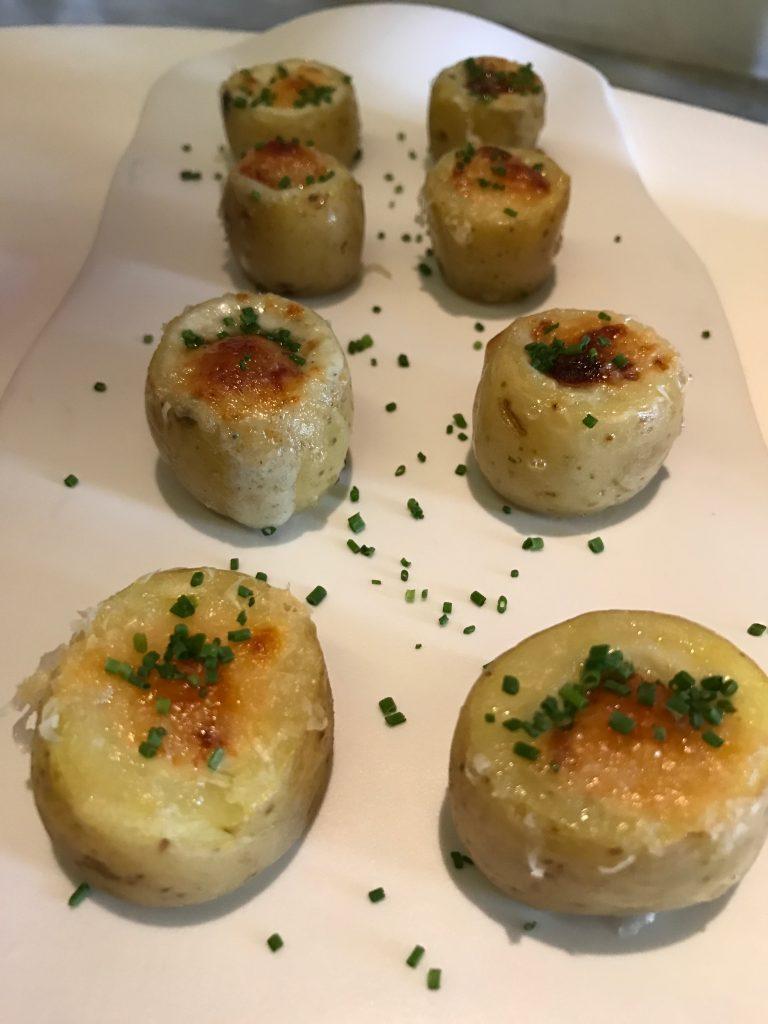 Entrada: Batata bolinha - recheada com gorgonzola e gratinada com parmesão